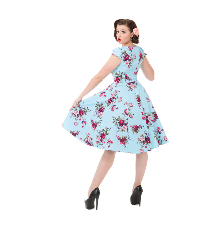 454f60c47d21 Lifestyle foto Modré retro pin up šaty Růžové růže
