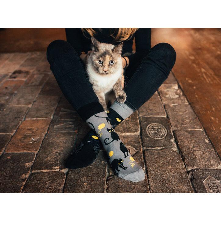 Hledáte originální a neobvyklý dárek  Obdarovaného zaručeně překvapí Veselé ponožky  Kočky 8d2456e99a