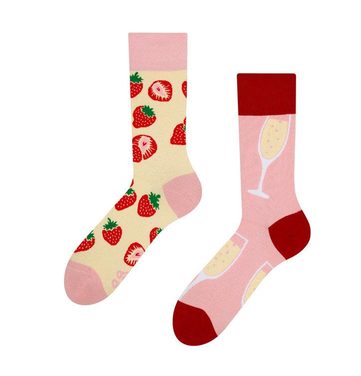 Potešte sa týmto kúskom Dedoles Veselé ponožky Šampanské s jahodami 354e6a6587