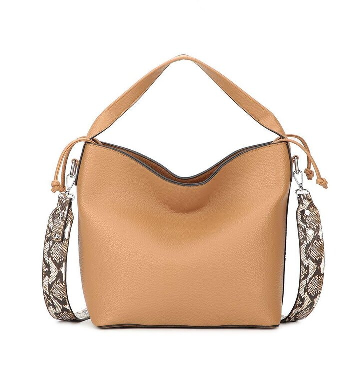 pro dokonalý a originální outfit Béžová kabelka na rameno s hadím pásem ef0870ec891