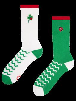 Calcetines deportivos alegres Mariquita sobre un trébol de cuatro hojas