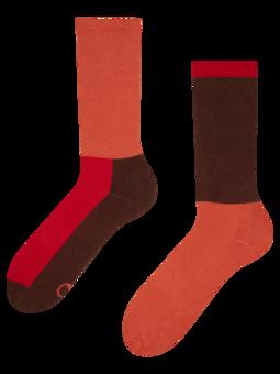 Brązowo-czerwone skarpetki sportowe