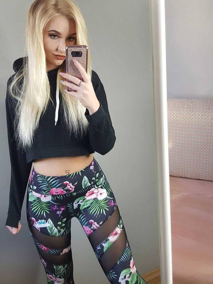 Lifestyle foto Ženske mrežaste sportske tajice Tropsko cvijeće