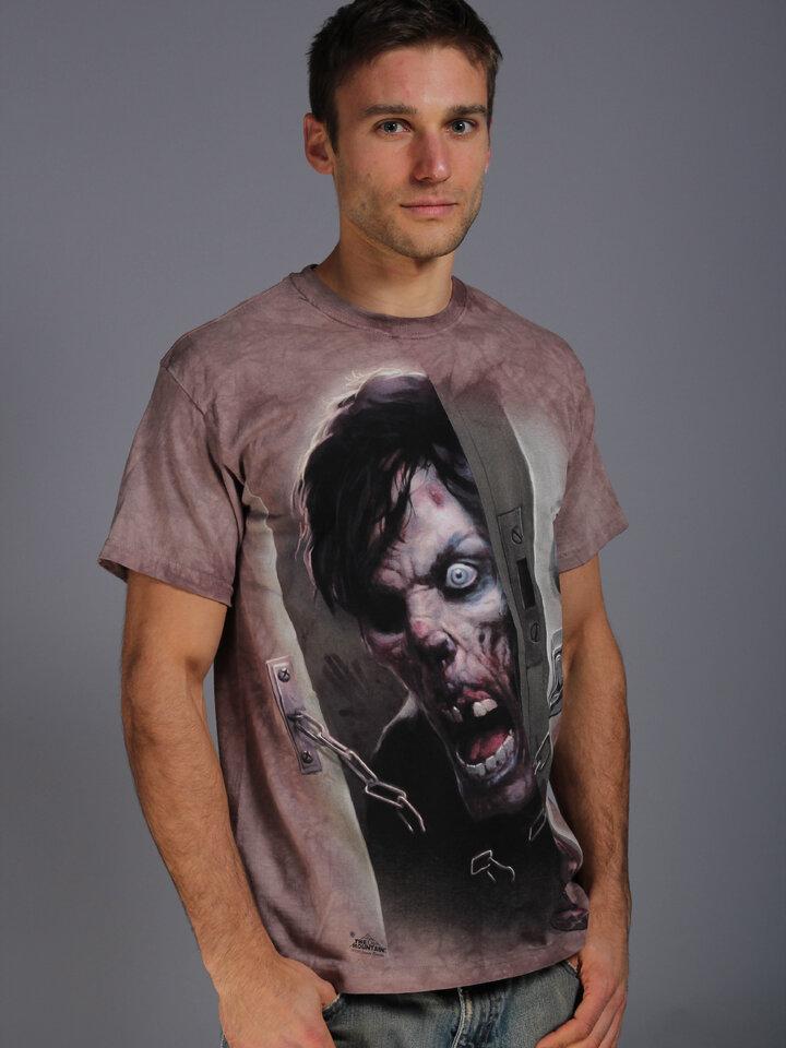 Potešte sa týmto kúskom Dedoles Tričko Zombie vo dverách
