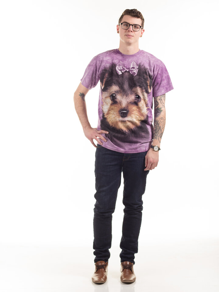 Lifestyle-Foto T-Shirt Yorkshire Terrier Welpe