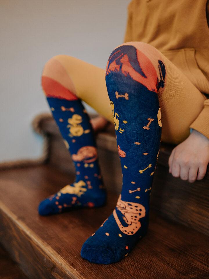 Výnimočný darček od Dedoles Živahne otroške hlačne nogavice Svet dinozavrov