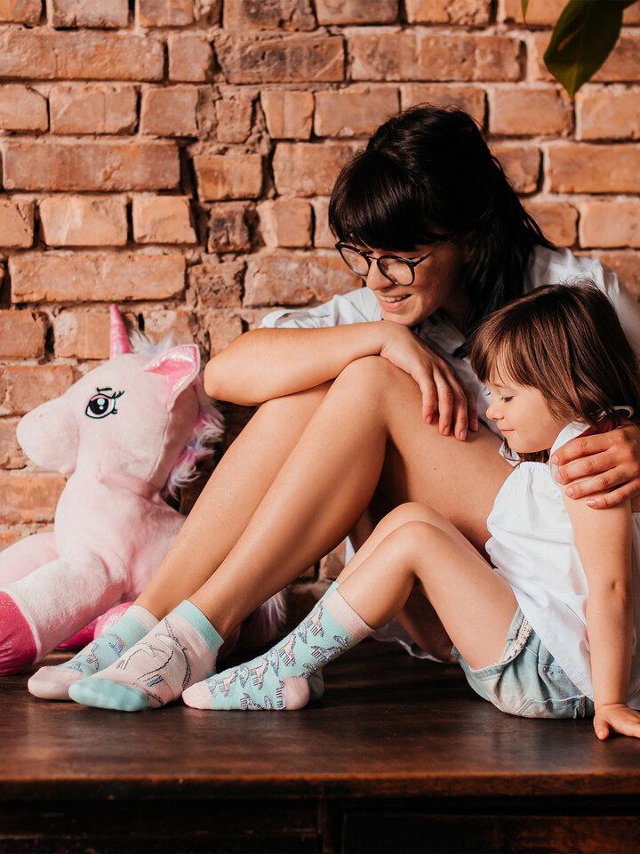 Hľadáte originálny a nezvyčajný darček? Obdarovaného zaručene prekvapí Kratke vesele čarape Jednorog