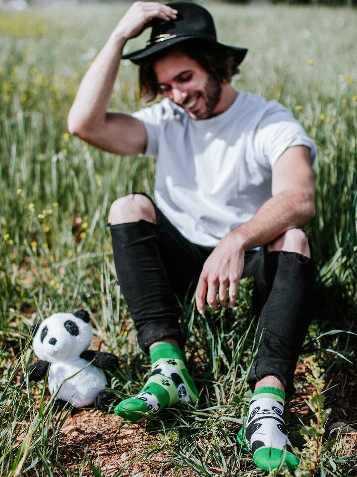 Výnimočný darček od Dedoles Živahne kratke nogavice Panda in črte