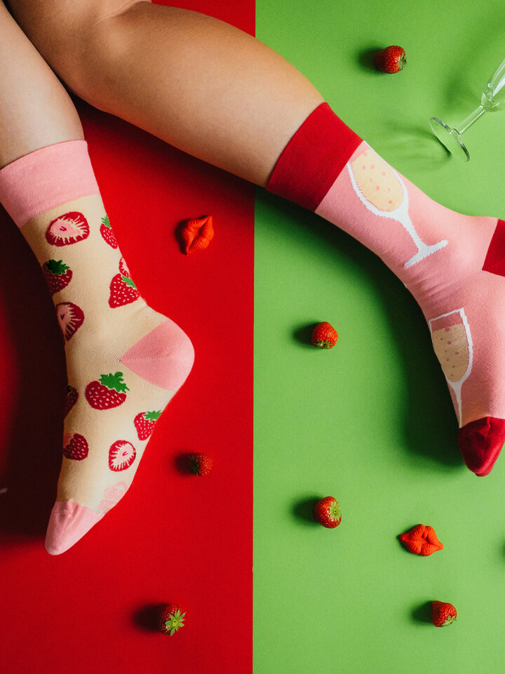 pro dokonalý a originální outfit Veselé ponožky Šampanské s jahodami