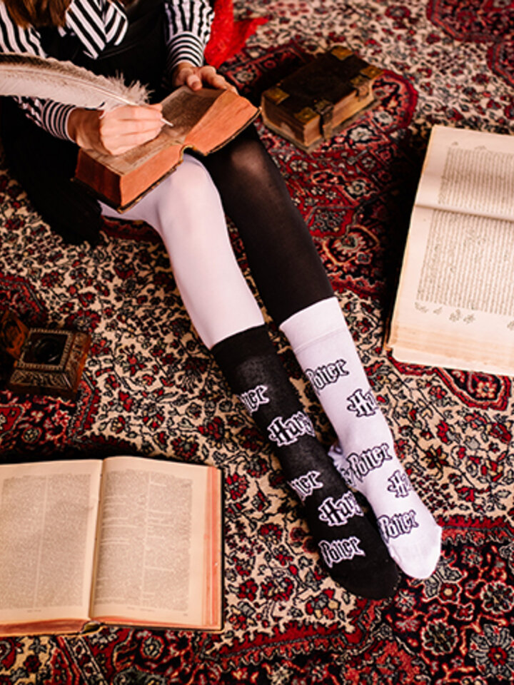 Looking for an original and unusual gift? The gifted person will surely surprise with Harry Potter Regular Socks ™ Black and White