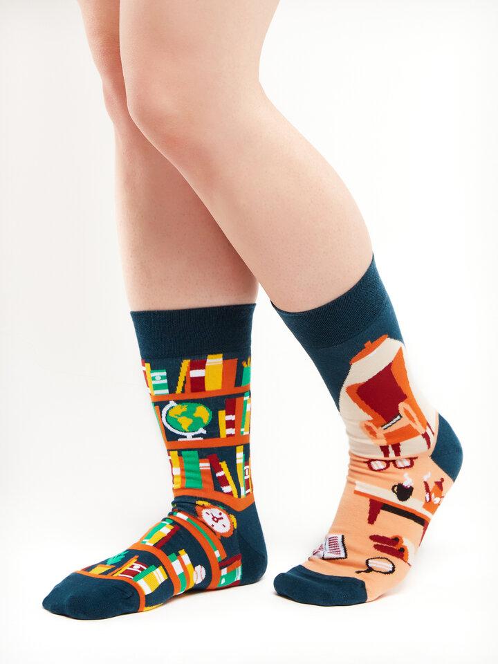 Bereiten Sie sich Freude mit diesem Dedoles-Stück Lustige Socken Bibliothek