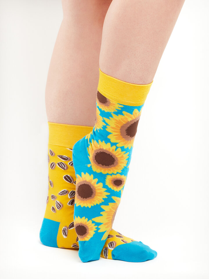 Looking for an original and unusual gift? The gifted person will surely surprise with Regular Socks Sunflower