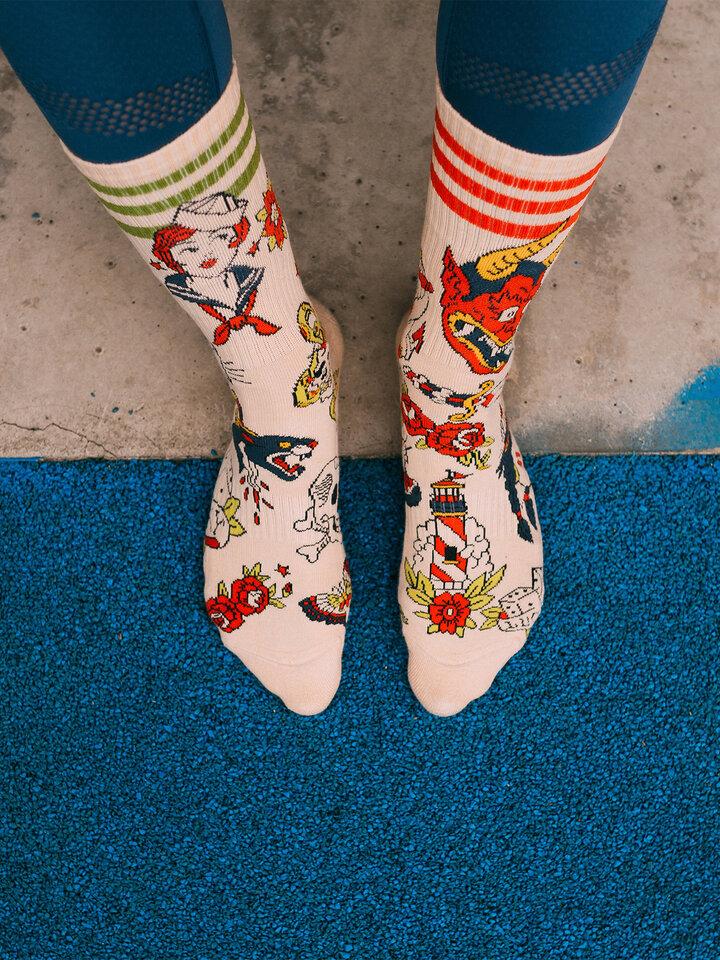 Lifestyle foto Calcetines deportivos alegres - Tatuaje de la vieja escuela