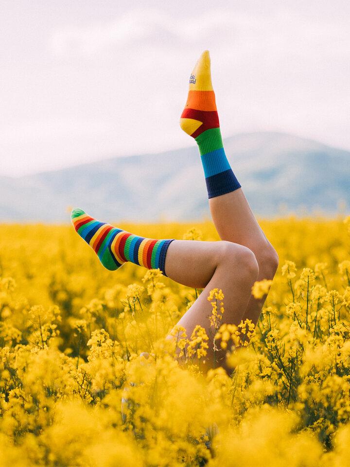 Căutați cadou unic și original? Va bucura enorm sărbătoritul Șosete Vesele pentru Sport Dungi Curcubeu