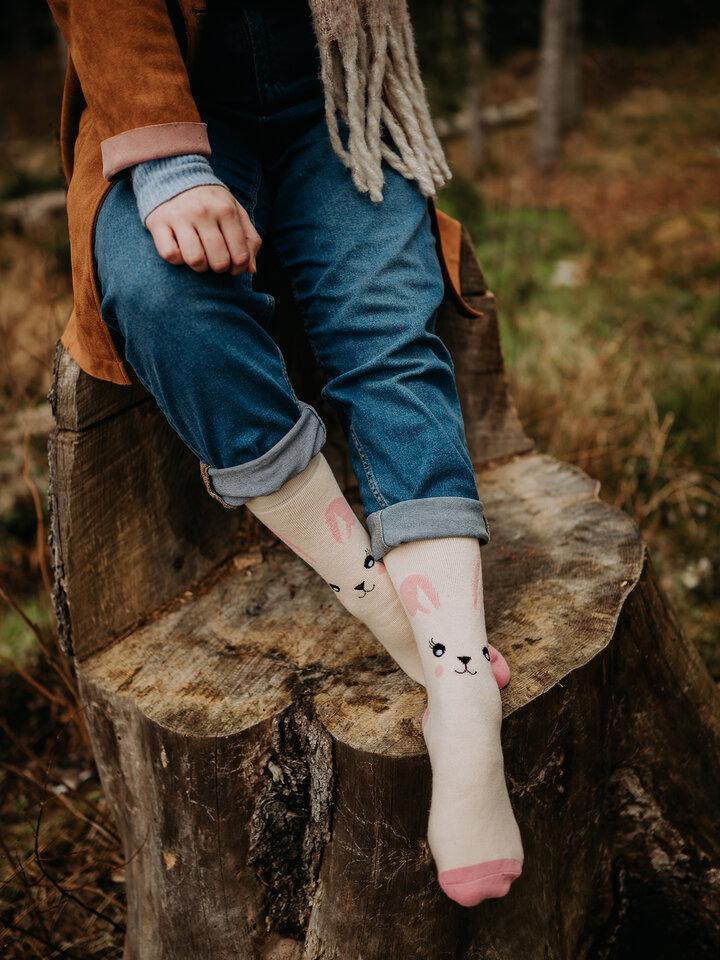 Hľadáte originálny a nezvyčajný darček? Obdarovaného zaručene prekvapí Veselé teplé ponožky Králiček