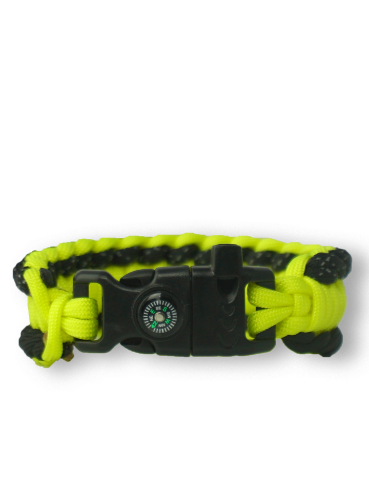 Lifestyle foto Gele Paracord-armband Salvadora met vuurstarter, kompas en fluitje
