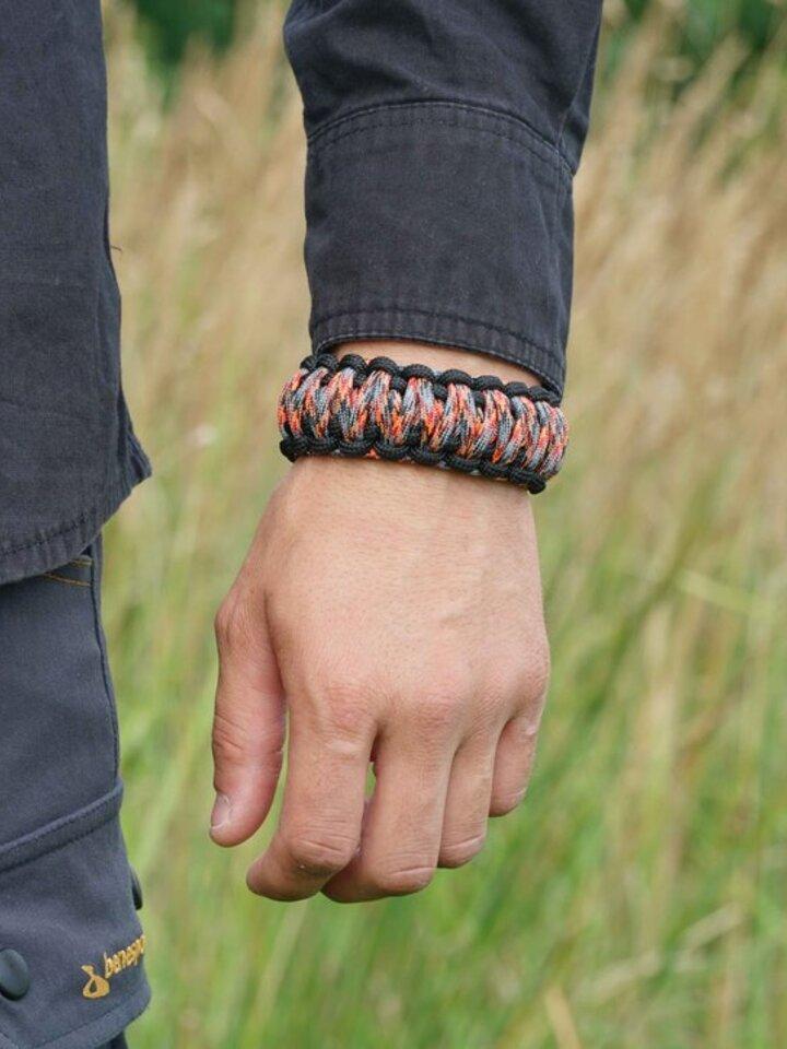 für ein vollkommenes und originelles Outfit Paracord Armband mit verstellbarem Verschluss Lava