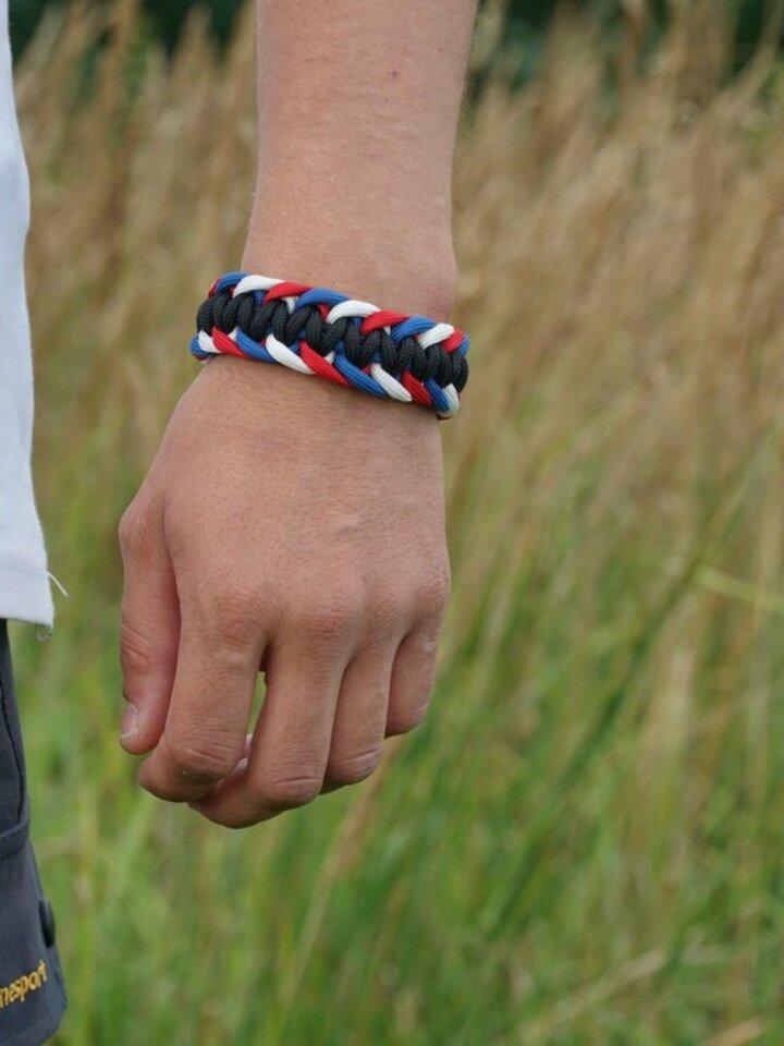 Căutați cadou unic și original? Va bucura enorm sărbătoritul Brățara paramicord survival tricolorul