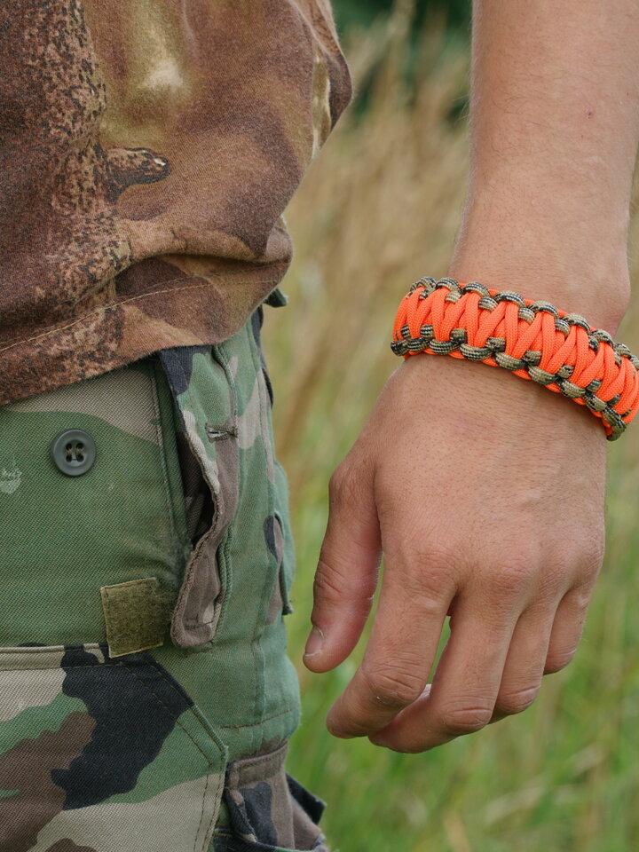 Suchen Sie ein originelles und außergewöhliches Geschenk? überrascht den Beschenkten sicher Paracors Survival Armband Warn Jagd mit Messer, Kompass, Pfeife und Feuerschläger