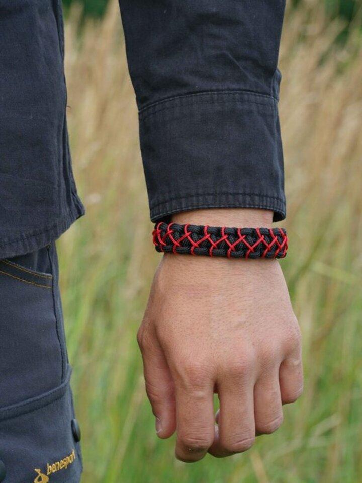 Lifestyle fotó Paramicord túlélési karkötő Kobra X fekete-piros