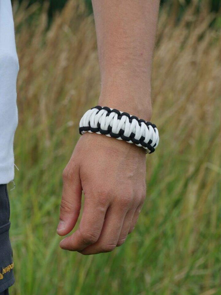 Suchen Sie ein originelles und außergewöhliches Geschenk? überrascht den Beschenkten sicher Paracord Überleben-Armband weiß-schwarz