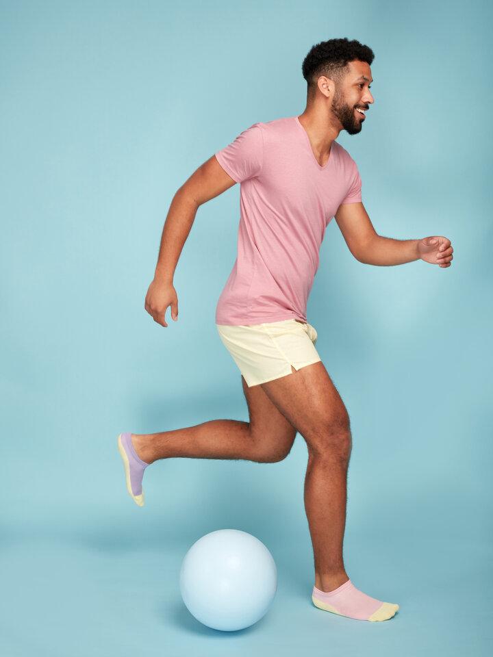 Lifestyle-Foto Pastellgelbe Shorts für Männer