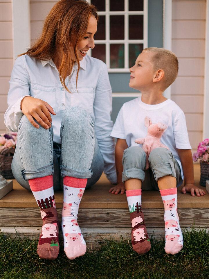 Potešte sa týmto kúskom Dedoles Živahne otroške nogavice Veseli pujski
