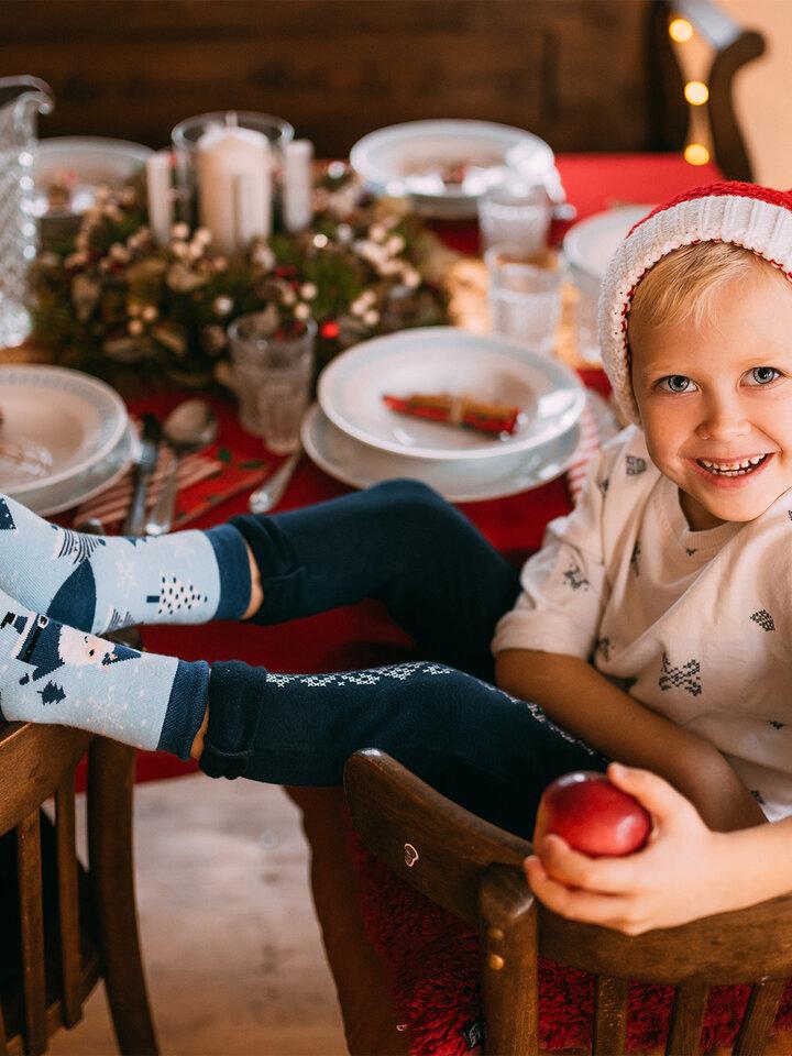Lifestyle foto Veselé detské teplé ponožky Santa v modrom