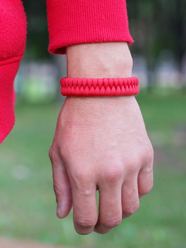 Foto Rotes Paracord-Armband Fisch
