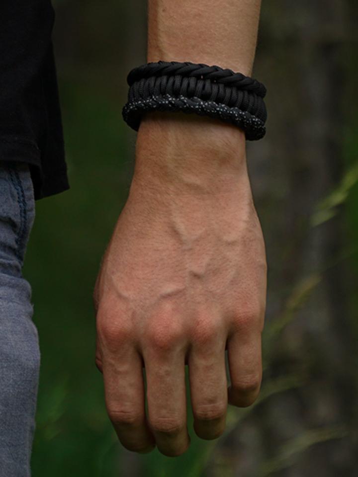 für ein vollkommenes und originelles Outfit Schwarzes Paracord-Armband Salvadora mit Anzünder, Kompass und Pfeife