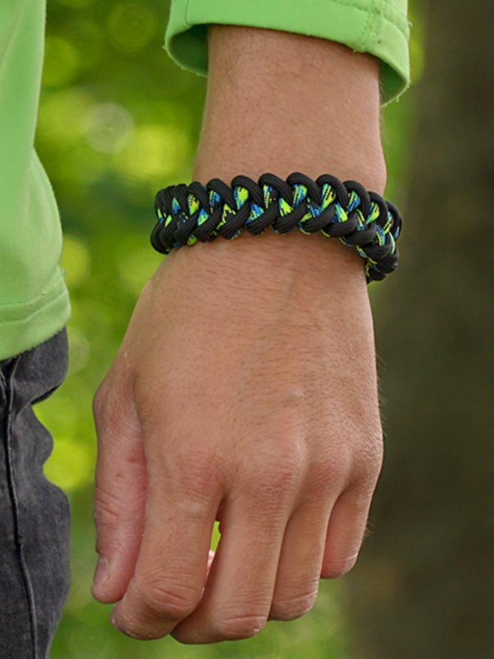 Tip na darček Zwart & groen Paracord-armband Haai met vuurstarter, kompas en fluitje