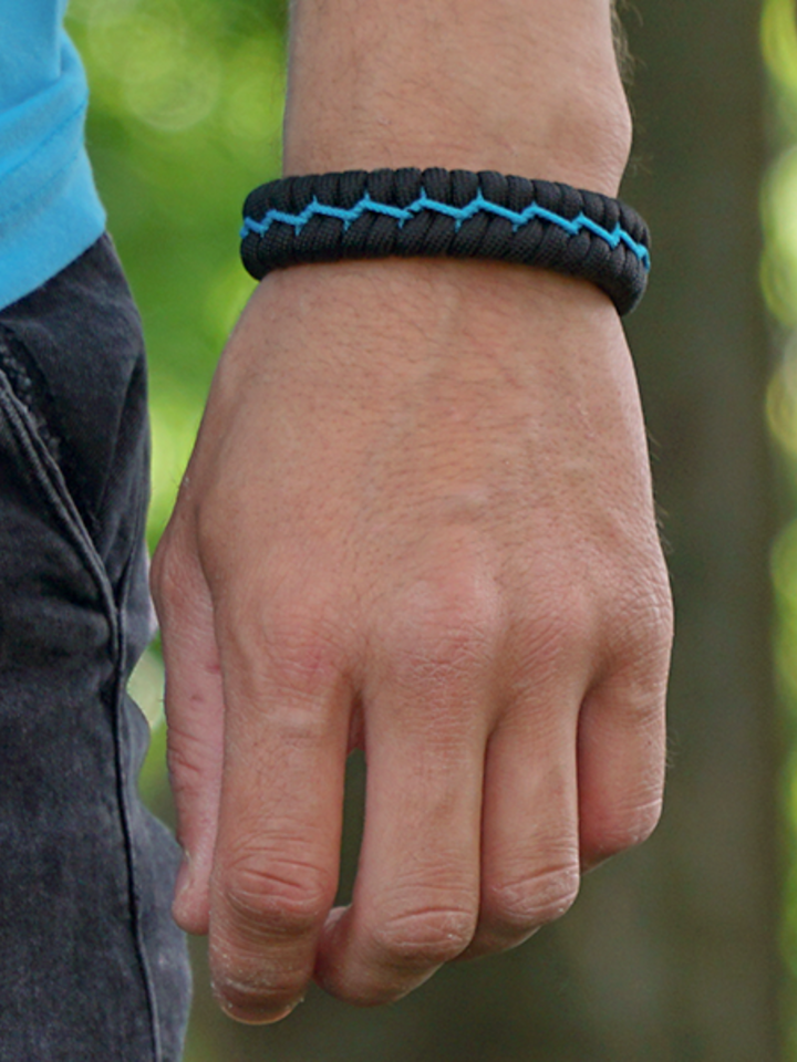 Looking for an original and unusual gift? The gifted person will surely surprise with Black & Blue Paracord Bracelet Suit