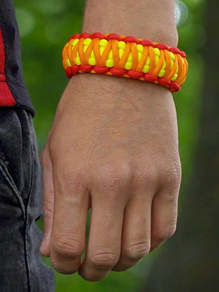 Potešte sa týmto kúskom Dedoles Paracord Bracelet Sunset With Adjustable Buckle