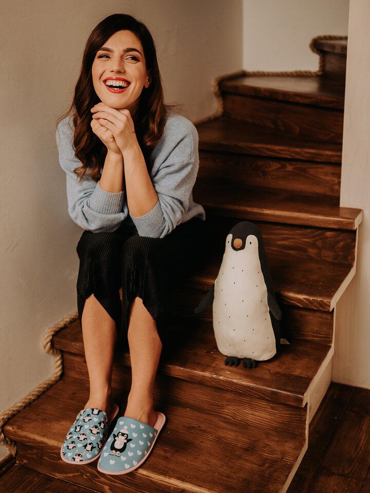 Potešte sa týmto kúskom Dedoles Veselé papuče Tučniak na korčuliach