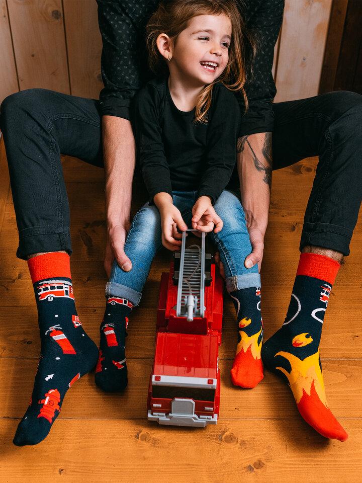 Potešte sa týmto kúskom Dedoles Vrolijke sokken Brandweermannen