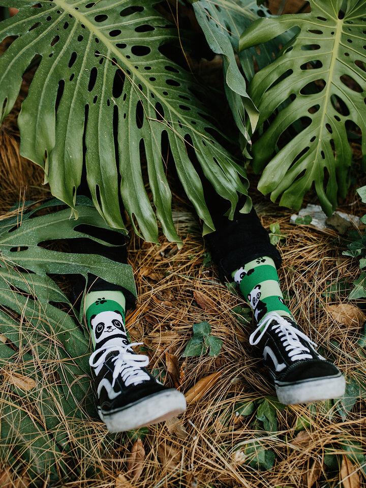 Suchen Sie ein originelles und außergewöhliches Geschenk? überrascht den Beschenkten sicher Lustige Socken Panda und Streifen