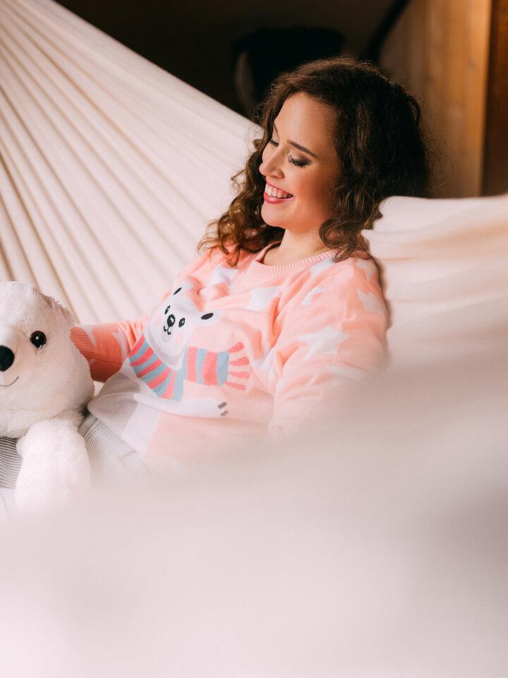 Lifestyle foto Veseli božični pulover Medved in zvezde