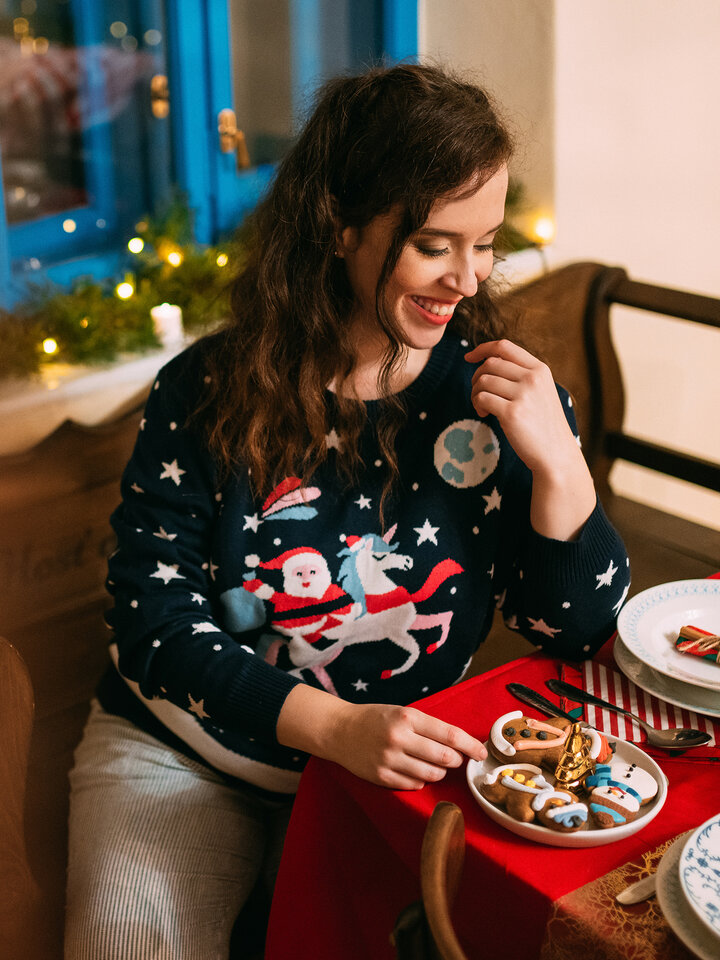 Potešte sa týmto kúskom Dedoles Živahni božični pulover Božiček in samorog