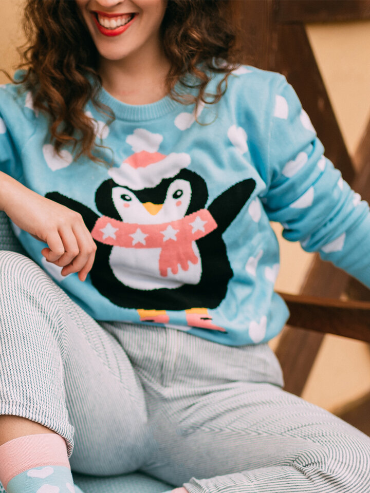 Hľadáte originálny a nezvyčajný darček? Obdarovaného zaručene prekvapí Veseli božićni džemper Pingvin na skateu