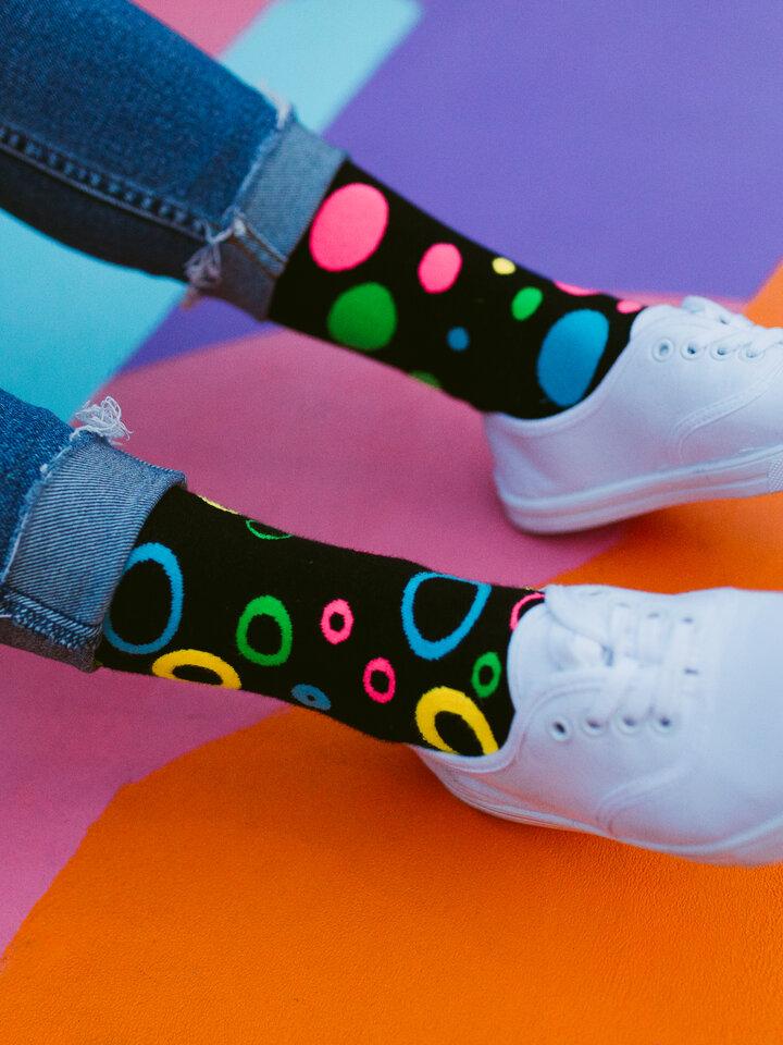 Pre dokonalý a originálny outfit Vesele čarape Neon točke
