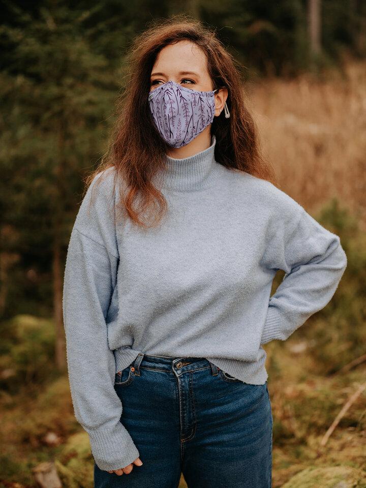 Lifestyle foto Vrolijke antibacterieel mondkapje Lavendel - grote maat
