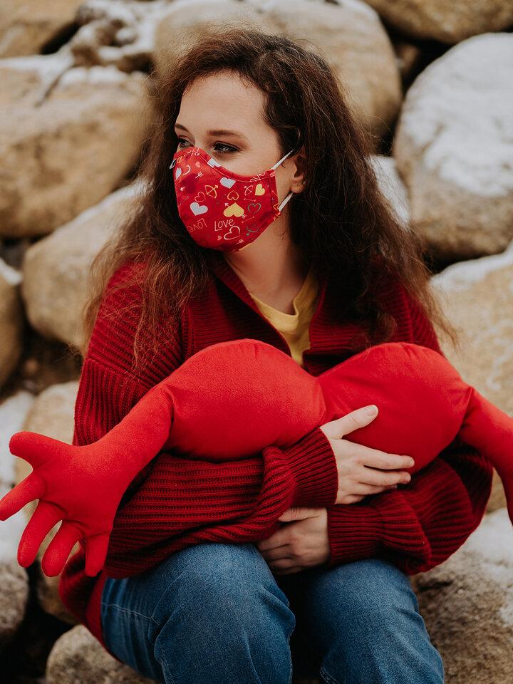 Lifestyle foto Veselá antibakteriální rouška Srdíčka