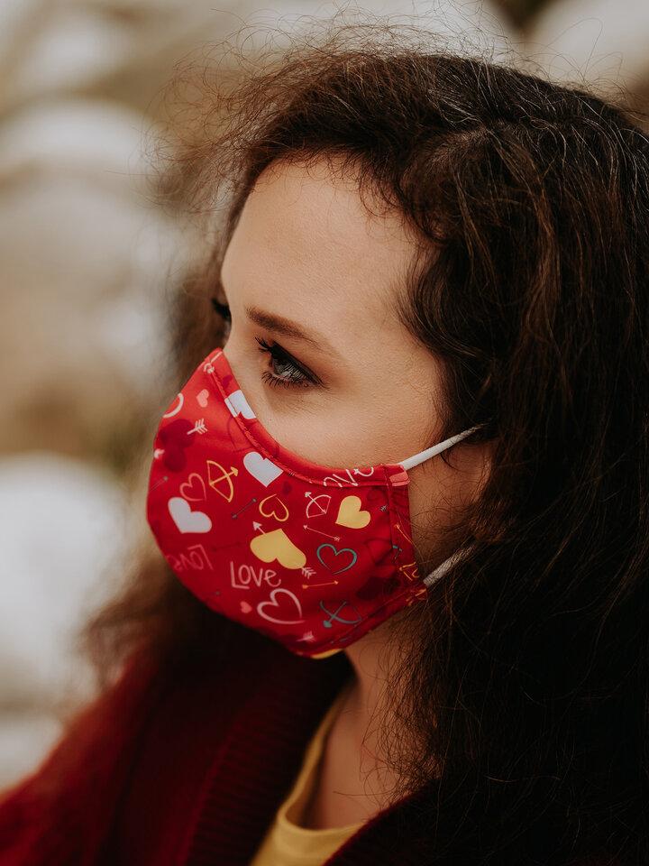 Výjimečný dárek od Dedoles Veselá antibakteriální rouška Srdíčka