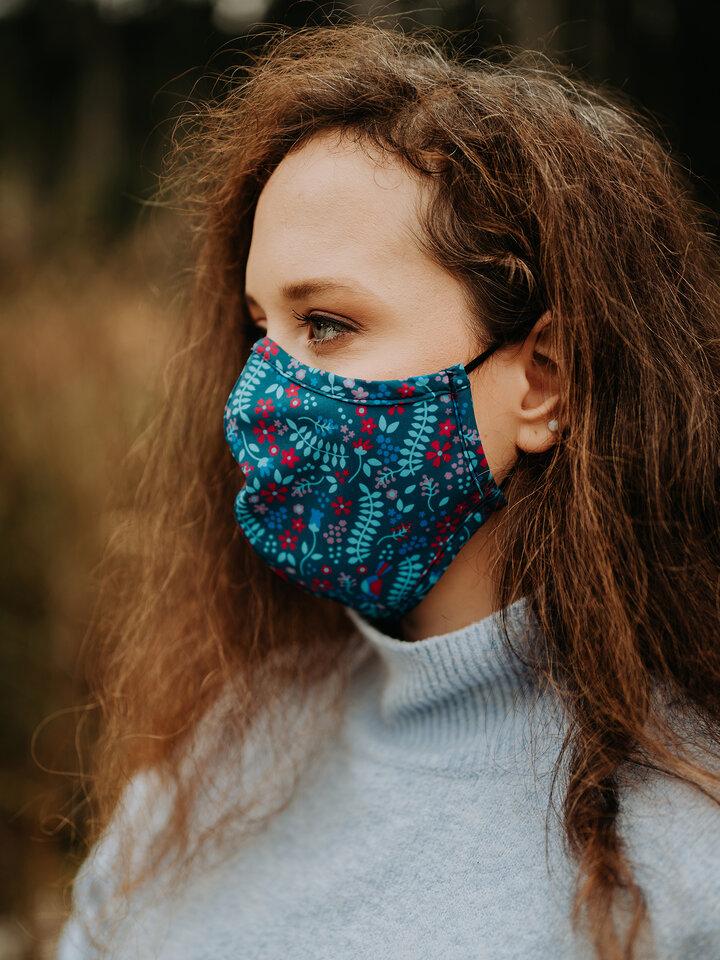 Lifestyle-Foto Lustige antibakterielle Gesichtsmaske Geheimer Garten