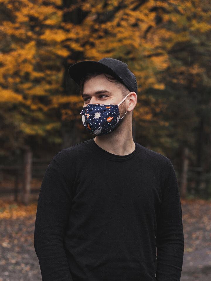 Pre dokonalý a originálny outfit Živahna zaščitna maska Vesolje