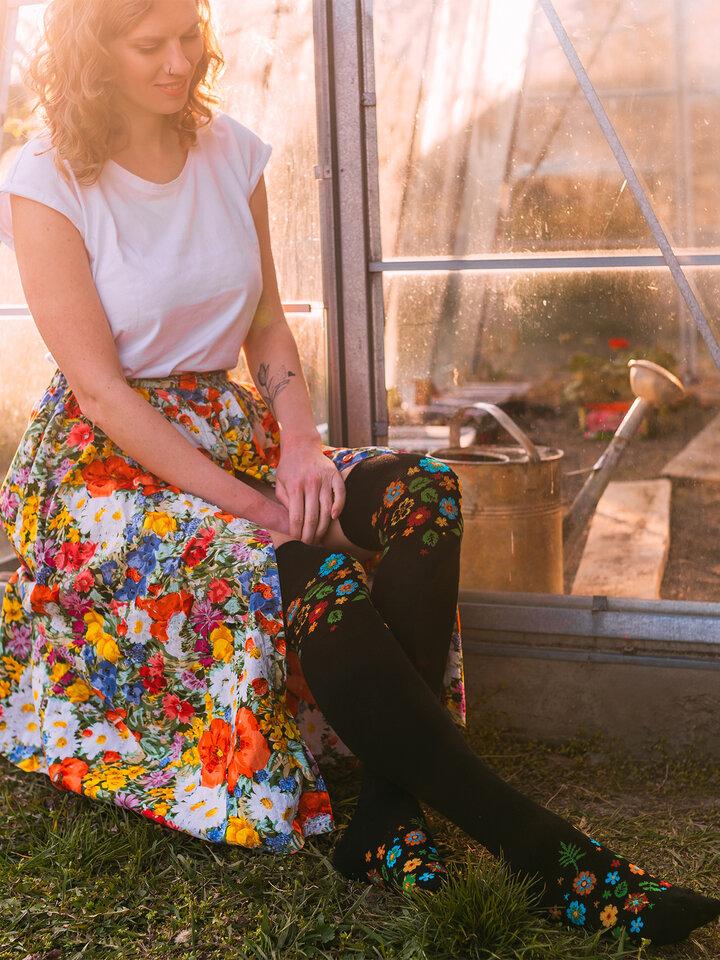 Pre dokonalý a originálny outfit Весели чорапи над коляното Цветя