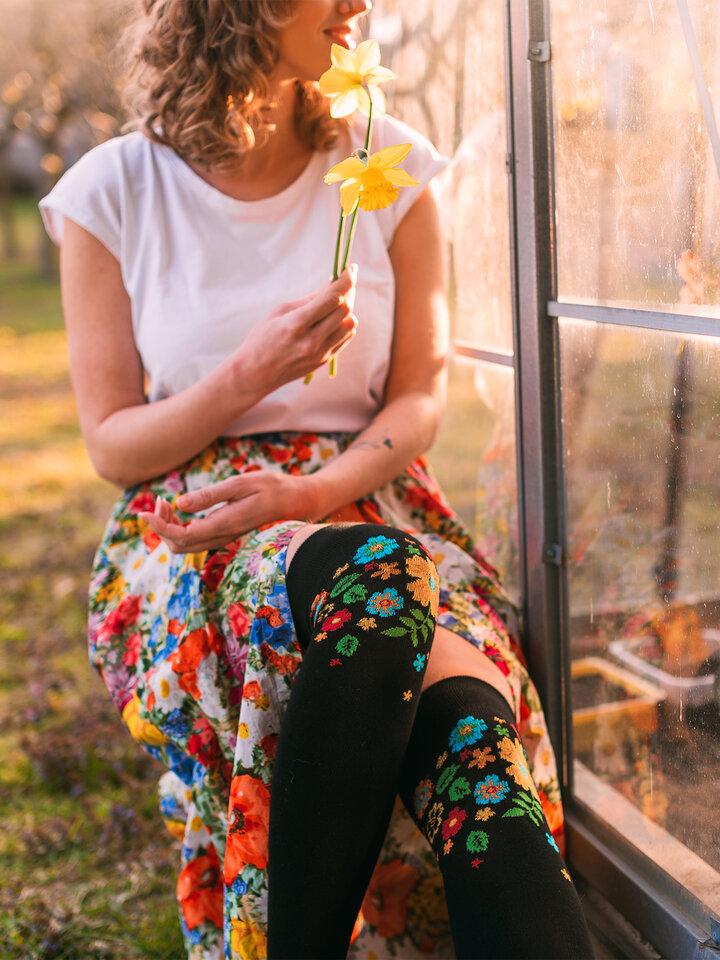 Potešte sa týmto kúskom Dedoles Весели чорапи над коляното Цветя