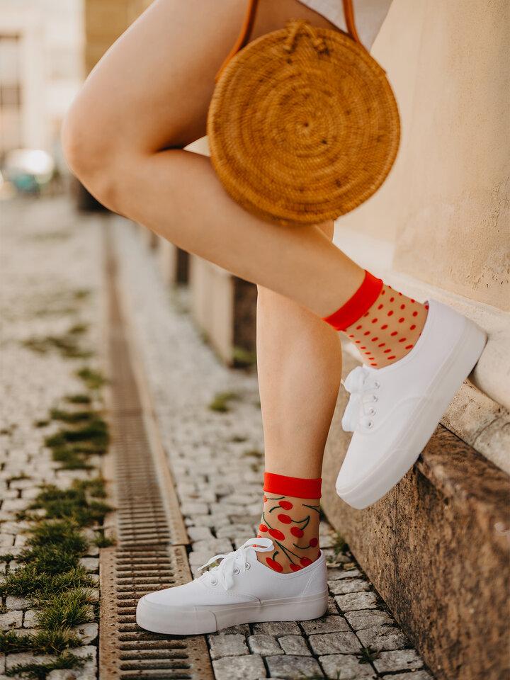 Zľava Veselé silonkové ponožky Čerešne a bodky