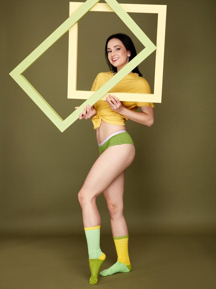 Lifestyle foto Olivovo zelené dámske nohavičky hipster