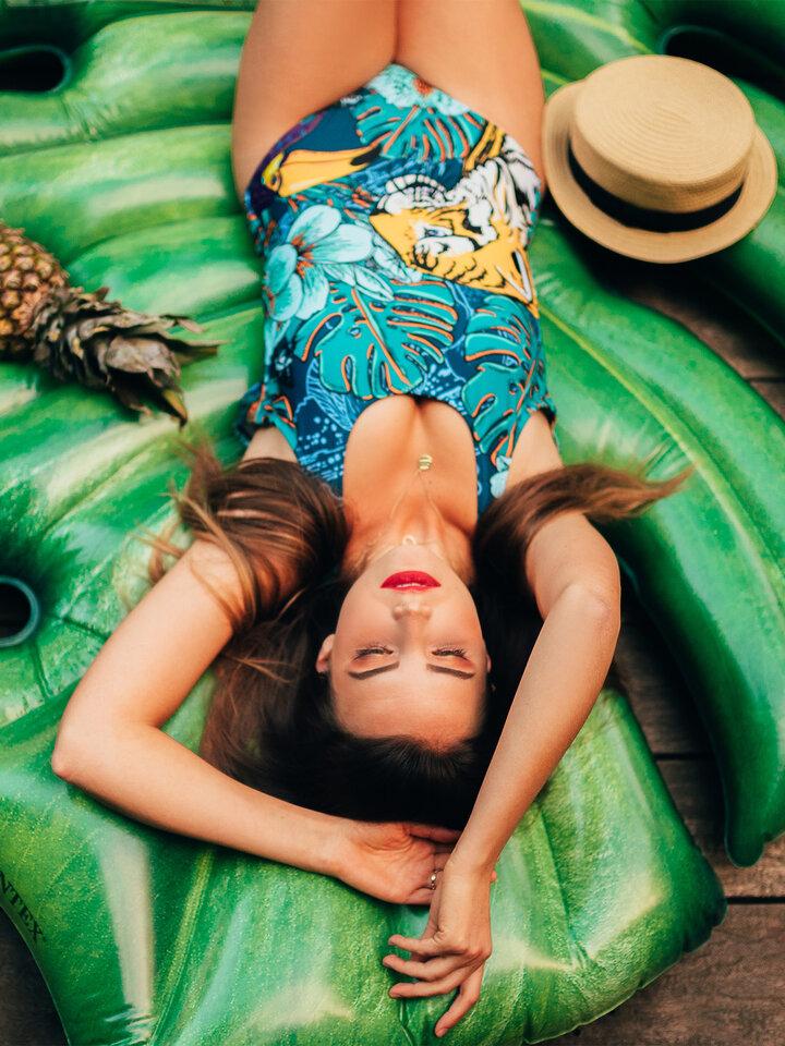 Hľadáte originálny a nezvyčajný darček? Obdarovaného zaručene prekvapí Весел дамски цял бански костюм Тропическа джунгла